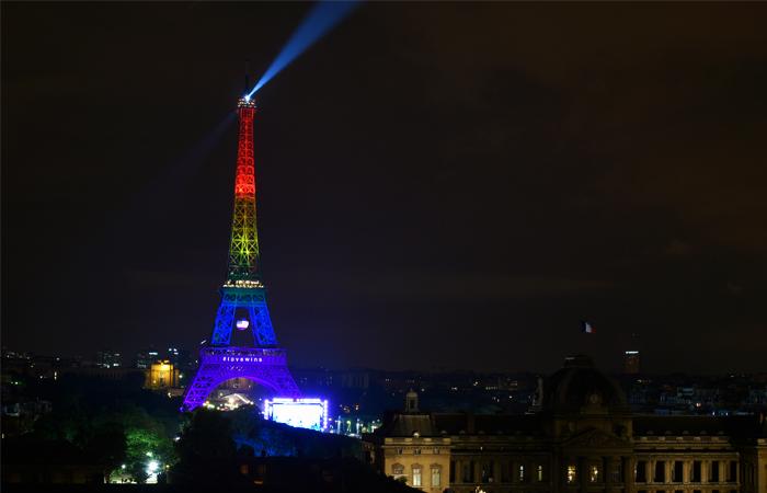 Эйфелевая башня в Париже, подсвеченная в цвета радужного флага ЛГБТ в знак скорби и солидарности с семьями погибших