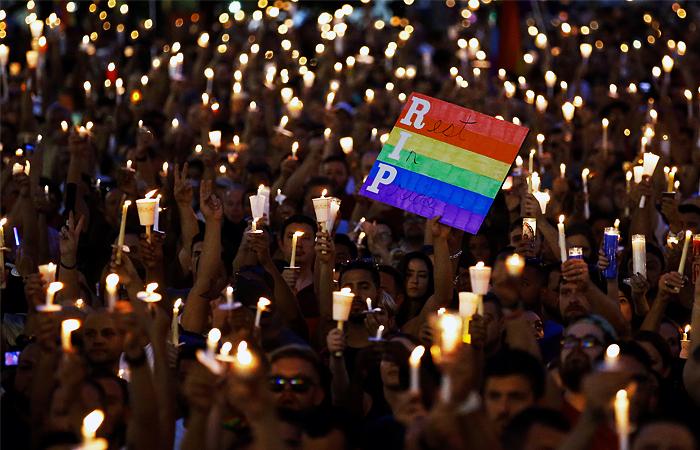 Жители Орландо зажгли свечи в память о жертвах трагедии