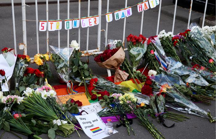 Цветы у посольства США в Москве