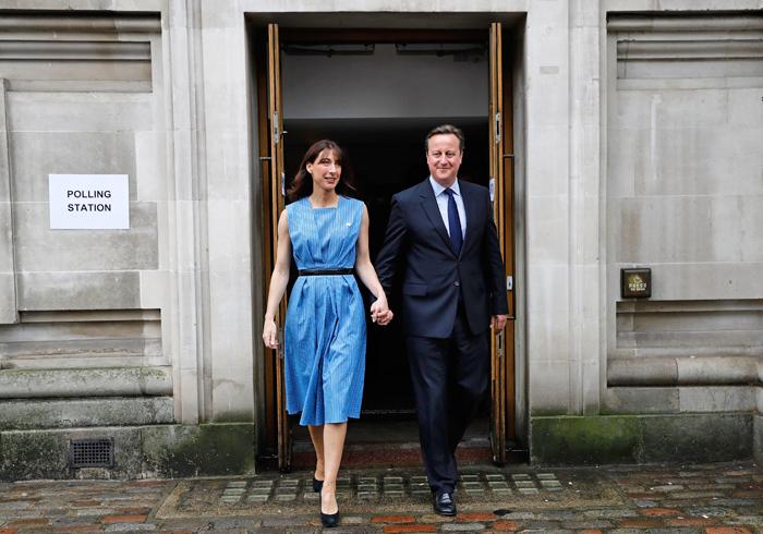 Премьер-министр Великобритании Дэвид Кэмерон с женой Самантой на избирательном участке в центре Лондона