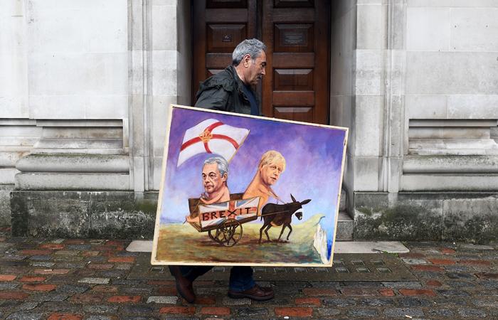 Британский художник Кайя Мар с сатирической карикатурой на главу Партии независимости Великобритании Найджела Фараджа и бывшего мэра Лондона Бориса Джонсона