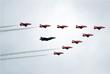 """Показательный полет истребителя F-35 и пилотажной группы Королевских ВВС Великобритании """"Красные стрелы"""""""