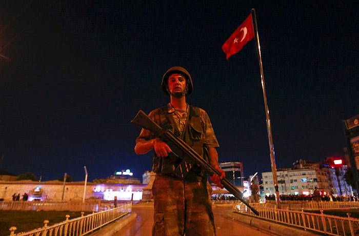 Военный на площади Таксим в Стамбуле
