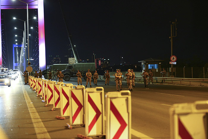 Военные блокируют мост Босфор, отделяющий европейскую часть Стамбула от азиатской