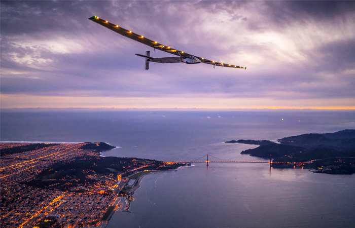 Solar Impulse 2 пролетает над мостом Золотые ворота в Сан-Франциско, США