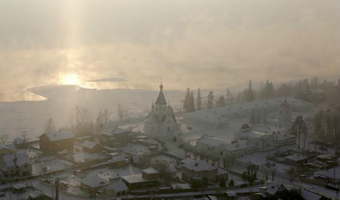 Рождественское утро Успенском мужском монастыре, расположенном в Красноярске в на берегу Енисея