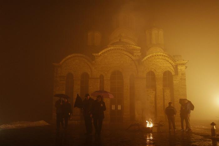 Косовские сербы собираются на рождественское богослужение у средневекового монастыря Грачаница, которых находится в сербском анклаве неподалеку от Приштины