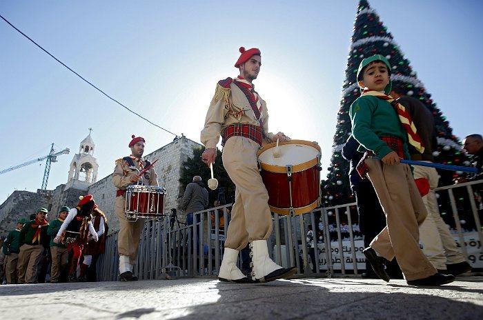 Сирийские музыканты маршируют в канун православного Рождества в Вифлееме. Праздничное богослужение в храме Рождества Христова провел иерусалимский патриарх Феофил III.
