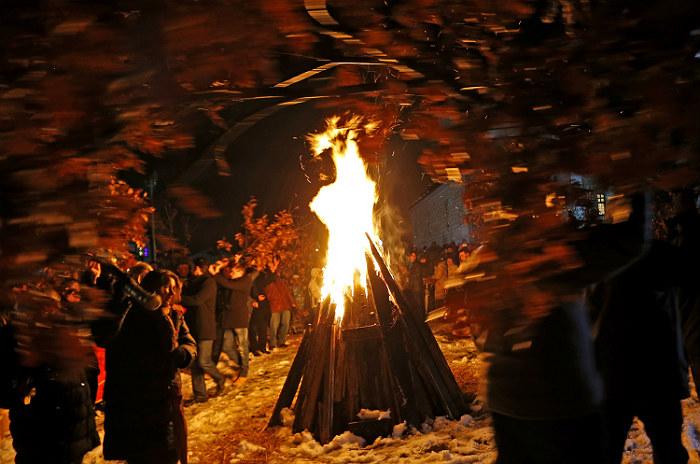 Боснийские сербы в городе Соколач (Босния и Герцеговина) разводят костер, в который бросают дубовые ветки. Традиция сжигать в Сочельник  йольское бревно сохранилась у многих европейских народов. Сербы называют его бадняк. Дубовое полено приносят в дом, украшают, поливают вином и медом, а затем сжигают. Обряд символизирует прощание с прошлым годом и очищение перед наступившим.