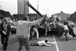 Защитники Белого дома пытаются остановить танк