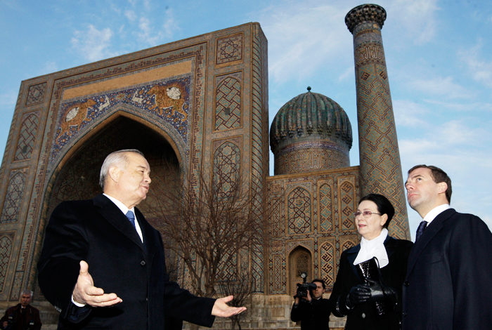 Президент Узбекистана Ислам Каримов и президент России Дмитрий Медведев на площади Регистан в Самарканде. 2009 год.
