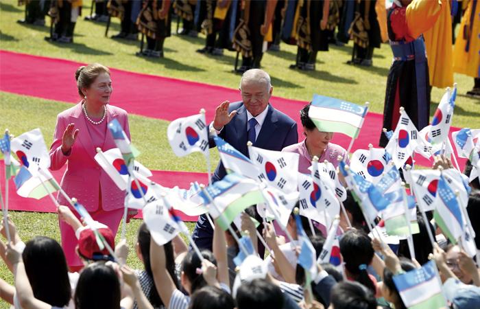 Первая леди Узбекистана Татьяна Каримова (слева) с супругом во время официального визита в Южную Корею.  2005 год.