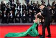 Корейская актриса и режиссер Мун Со-ри потеряла равновесие на красной дорожке Венецианского кинофестиваля
