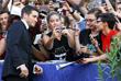 Актер Джейк Джилленхол раздает автографы на красной ковровой дорожке Венецианского кинофестиваля