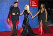 """Итальянский модельер Риккардо Тиши, дизайнер Донателла Версаче и модель Наоми Кэмпбелл на премьере фильма """"Прекрасные дни в Аранхуэсе"""""""