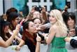 Американская актриса и модель Дакота Фаннинг раздает автографы на красной дорожке кинофестиваля