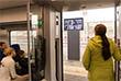 На остановках пассажиры первого вагона могут посмотреть на специальном экране на свой поезд. И они это делают.
