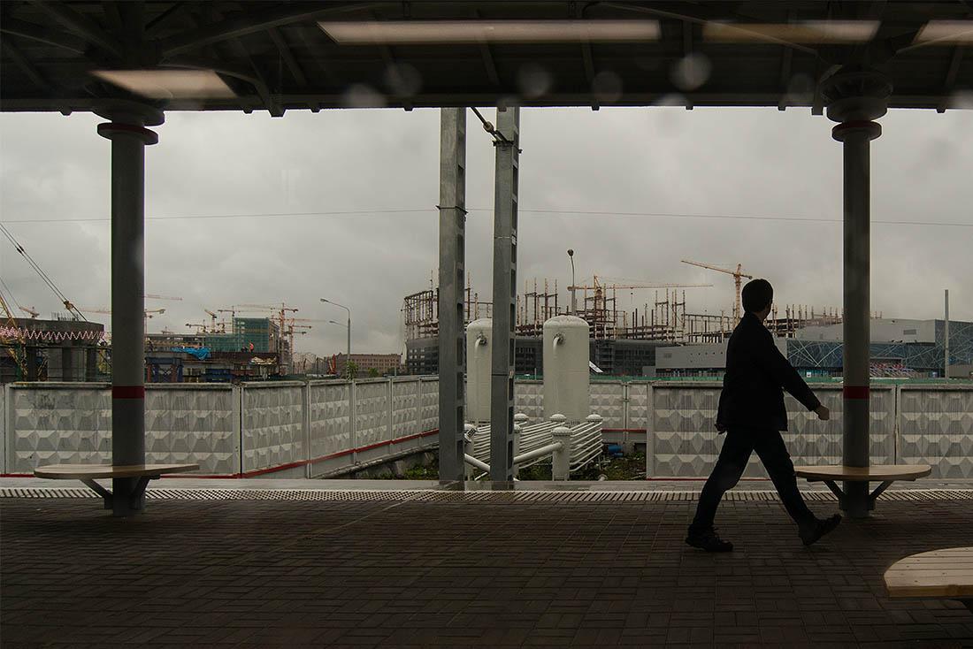 А фотографировать, да и просто посмотреть во время поездки есть на что: пойманная в неожиданном ракурсе Москва еще не успела привести себя здесь в порядок, и путешествие на городском транспорте тут же приобретает краеведческий оттенок.