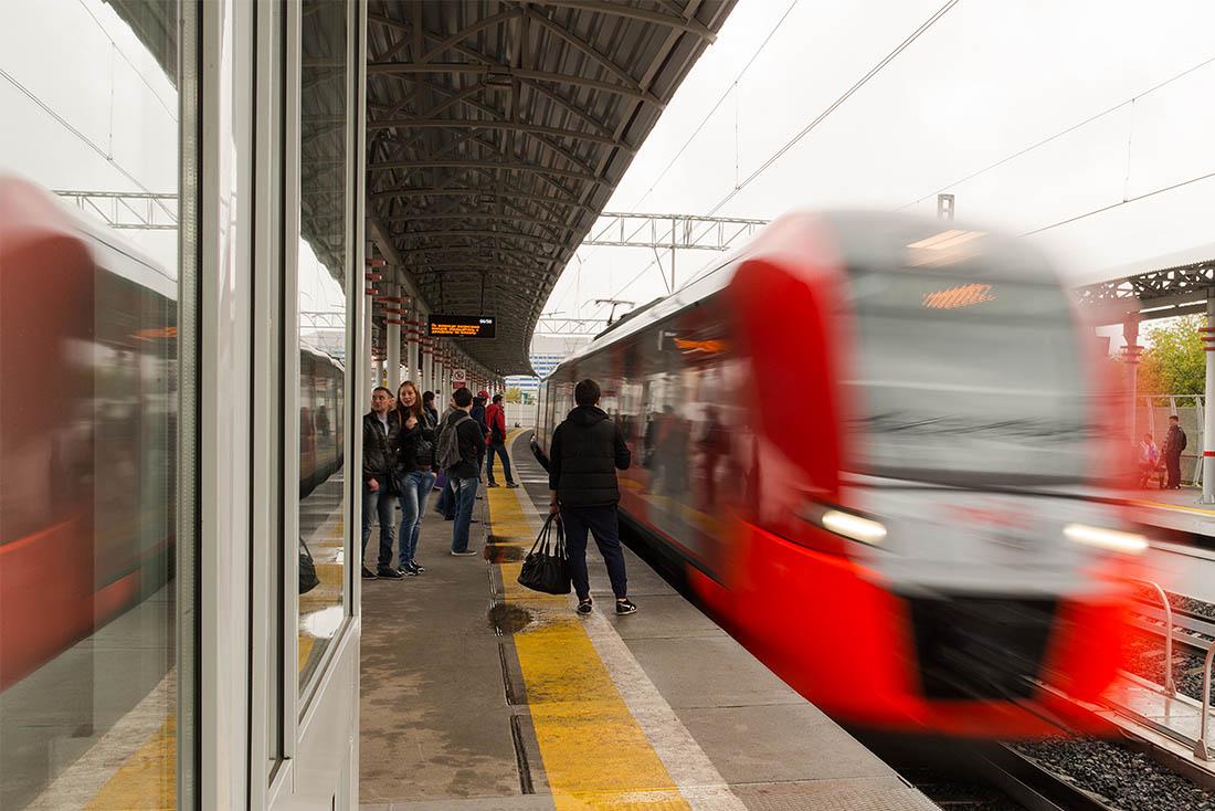 Будний день, но несмотря на обеденное время, на станции довольно много людей. Некоторые из них здесь явно с исключительно туристическим интересом. Что же, в этом сложно кого-то винить. Разве может быть неинтересным новый городской транспорт?