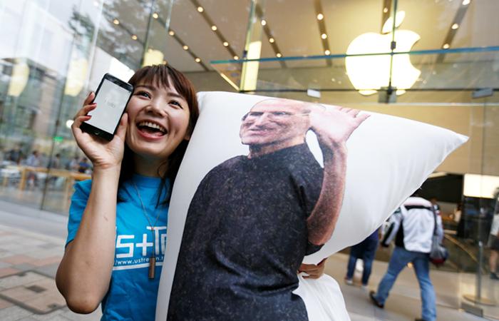 Поклонница продукции Apple у магазина в Токио