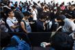 Поклонники бренда в Гонконге выстроились в огромные очереди еще до открытия магазина