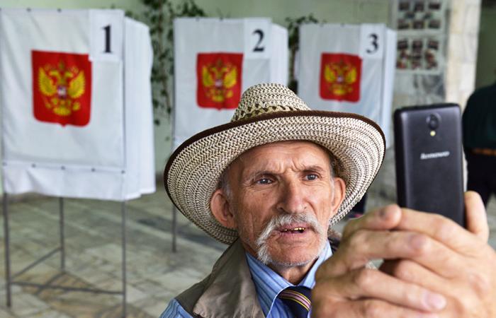 Житель города Абакан во время голосования на одном из избирательных участков