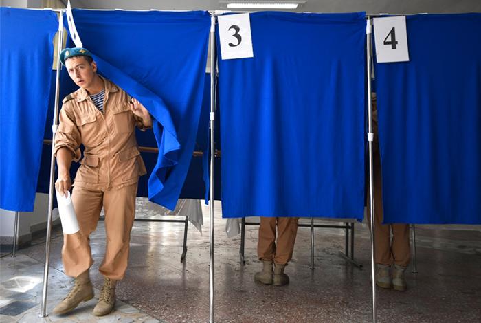 Военнослужащие 201 части российской военной базы во время голосования в Душанбе