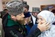 Временно исполняющий обязанности главы Чечни Рамзан Кадыров с матерью Аймани на одном из избирательных участков в Чечне