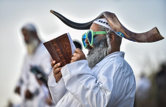 Тысячи хасидов-паломников, прибывших в город Умань Черкасской области Украины, отпраздновали Рош ха-Шана - Новый год по еврейскому календарю. В Умани находится могила праведника Рабби Нахмана, которая является одной из самых почитаемых святынь хасидов. Паломники будут находиться в городе до 7 октября, а сам праздник в этом году пришелся на 3-4 октября.