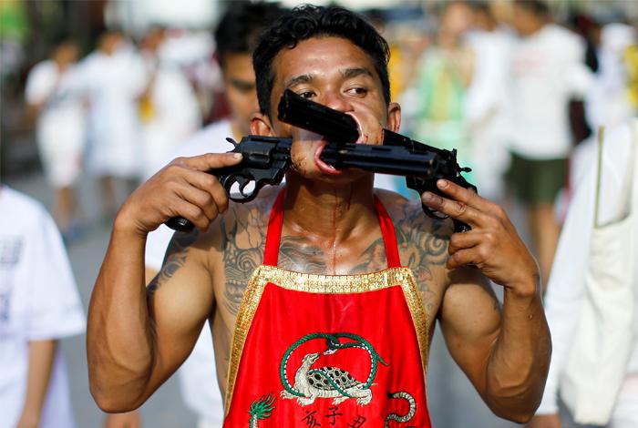 В южной провинции Таиланда Пхукет продолжается празднование знаменитого Вегетарианского фестиваля. Праздник отличается кровавыми ритуалами самоистязания, которые ежегодно привлекают многочисленных туристов со всего мира. Мужчины и женщины прокалывают насквозь щеки различными предметами, включая ножи, топоры, зонты и даже огнестрельные винтовки. Помимо этого также практикуется хождение по лезвиям, горящим углям и поливание горячим маслом. Жители Таиланда верят, что люди, принимающие участие в таких пытках, очищаются.