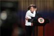 Нобелевскую премию мира-2016 получил колумбийский президент Хуан Мануэль Сантос, подписавший мирный договор, который положил конец длившейся более 50 лет гражданской войне в стране. Сантос и лидер левой повстанческой группировки ФАРК Тимолеон Хименес подписали мирное соглашение в сентябре. Договоренность предусматривает, в частности, амнистию для повстанцев - кроме тех, кто причастен к особо тяжким военным преступлениям, - и интеграцию бывших боевиков в общество.