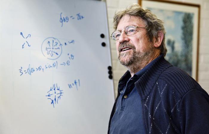 Уроженцы Шотландии и работающие в США физики Дэвид Таулес и Майкл Костерлитц (на фото) трудятся в области конденсированного состояния вещества, над одномерной и двумерной материей: в своих работах в 70- х годах они доказали, что сверхпроводимость может появляться в двумерных материалах. Физики также совместно объяснили механизм фазового перехода от сверхпроводящего состояния при низких температурах к обычному (при высоких) - этот переход получил название перехода Березинского-Костерлитца-Таулесса. Советский физик-теоретик Вадим Березинский, участвовавший в разработке теории, не дожил до получения Нобелевской премии.