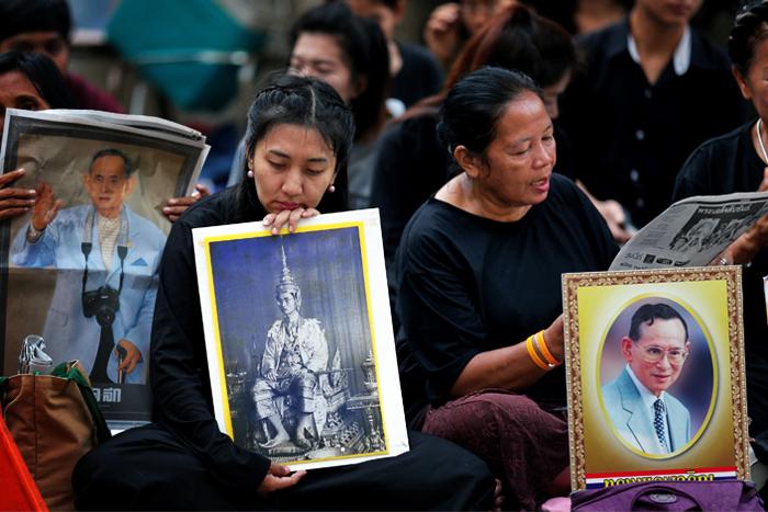 Возле здания больницы в Бангкоке, где провел последние дни своей жизни король, собрались тысячи местных жителей. Незадолго до его смерти около 200 человек ночевали на лужайке перед корпусом больницы, где находились апартаменты монарха, а также молились за его выздоровление.
