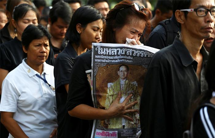 Жители страны выходят на улицы с портретами покойного лидера в знак безграничной любви и признательности