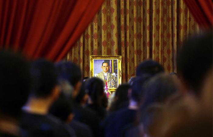 Король находился на троне 70 лет и считался самым долгоправящим монархом. Пхумипон Адульядет испытывал проблемы со здоровьем последние два года, однако критическим его состояние стало в течение последней недели. В минувшую субботу монарху была проведена процедура по очистке крови от токсинов, лишних солей и жидкостей, что привело к резкому падению давления. После этого врачи были вынуждены подключить короля Таиланда к аппарату искусственной вентиляции легких.