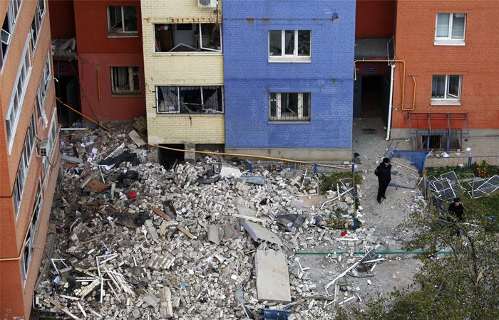 Сотрудники полиции во дворе разрушенного дома