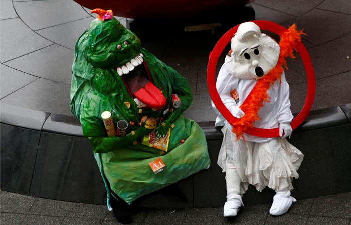 """Фанаты фильма """"Охотники за привидениями"""" во время костюмированного парада в Кавасаки, Япония"""