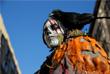 Участник традиционного парада, приуроченного к празднованию Дня всех святых, в районе Гринвич-Виллидж в Нью-Йорке