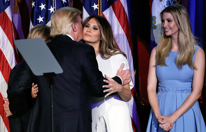 Избранный президент США Дональд Трамп обнимает супругу после победной речи в Нью-Йорке. Ноябрь 2016 год.