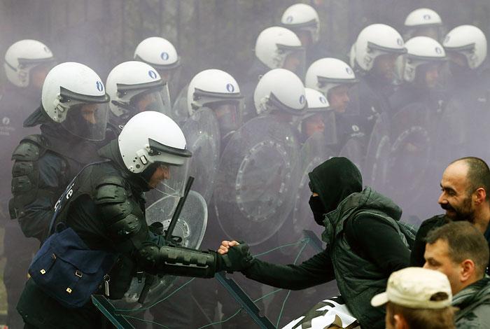 Акция протеста военнослужащих против пенсионной реформы в Бельгии привела к столкновениям с полицией, в ходе которых последней был применен слезоточивый газ и водометы. Однако имевшее место противостояние участников акции и сил порядка, в конечном счете, закончилось рукопожатиями с обеих сторон. Причиной манифестации военных стало решение правительства Бельгии постепенно поднять возраст выхода на пенсию.