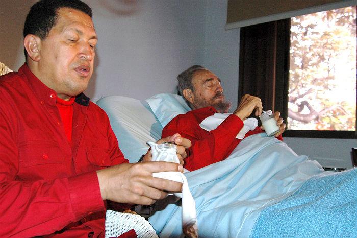 Президент Венесуэлы Уго Чавес навещает перенесшего операцию Фиделя Кастро в больнице Гаваны в 2006 году. Чавес скончался в 2013 году.