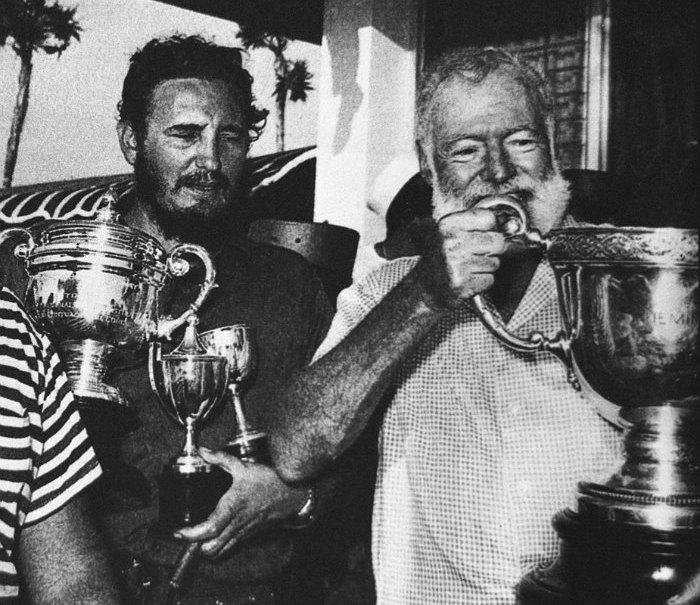 Фидель Кастро (слева) и американский писатель Эрнест Хемингуэй с полученными на конкурсе ловцов рыбы наградами. Куба, 1960 год