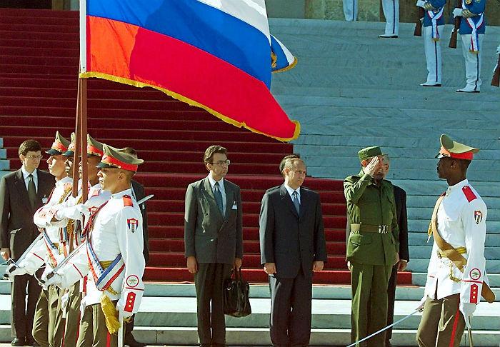 Президент России Владимир Путин и председатель Государственного совета и правительства Кубы Фидель Кастро  во время официальной встречи российского лидера в Гаване в 2000 году. Этот первый официальный визит главы российского государства на Кубу после поездки Михаила Горбачева в 1989 году.