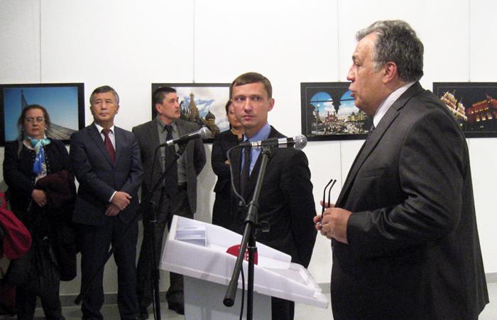 Посол России в Турции Андрей Карлов (справа) во время открытия фотовыставки