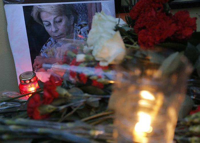 """Цветы у здания фонда """"Справедливая помощь"""" в Москве, который возглавляла Елизавета Глинка, погибшая в авиакатастрофе"""