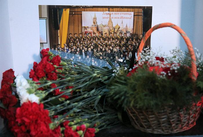 """Цветы у здания концертного зала """"Александровский"""" в Москве, где находится репетиционная база Ансамбля имени Александрова"""