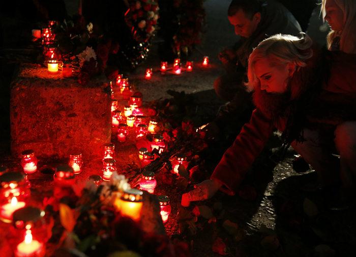 Жители Сочи зажигают свечи на набережной в память о жертвах авиакатастрофы