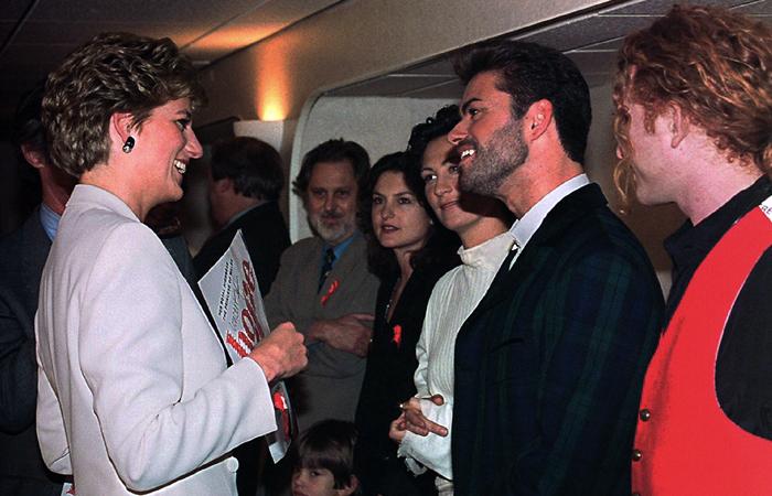 Принцесса Диана беседует с певцом перед концертом в поддержку борьбы со СПИДом в Лондоне. Декабрь 1993 года.