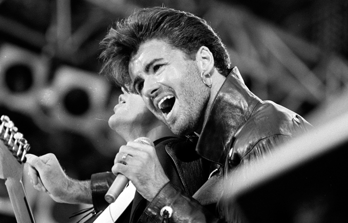 """Джордж Майкл во время прощального концерта группы Wham! на стадионе """"Уэмбли"""" в Лондоне. Июнь 1986 года."""