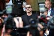 Певец Джордж Майкл после заседании лондонского суда по делу о хранении марихуаны и вождении автомобиля в состоянии наркотического опьянения. Август 2010 года.